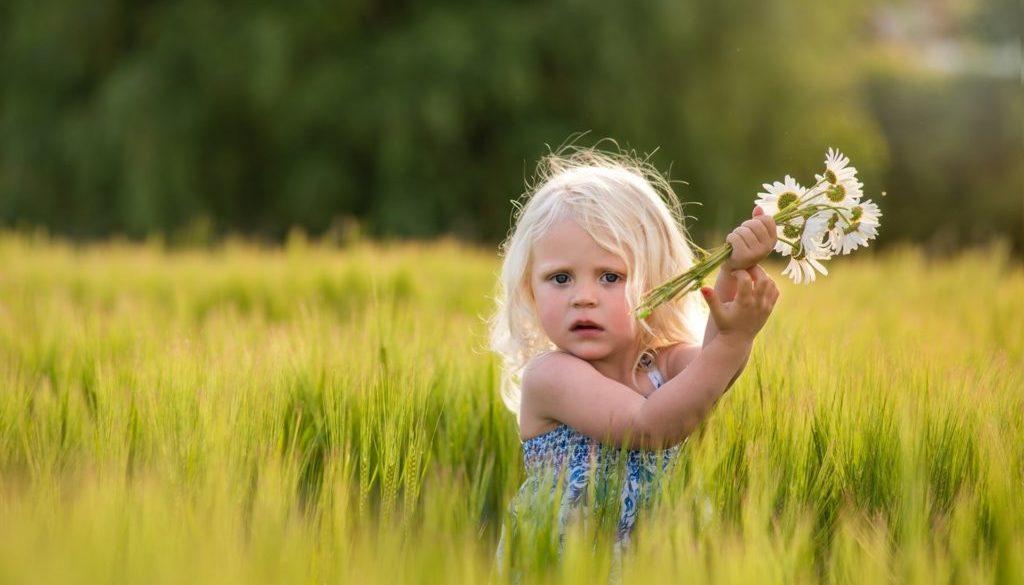 Cute-girl-in-wheat-field-daisies-flowers_1920x1200